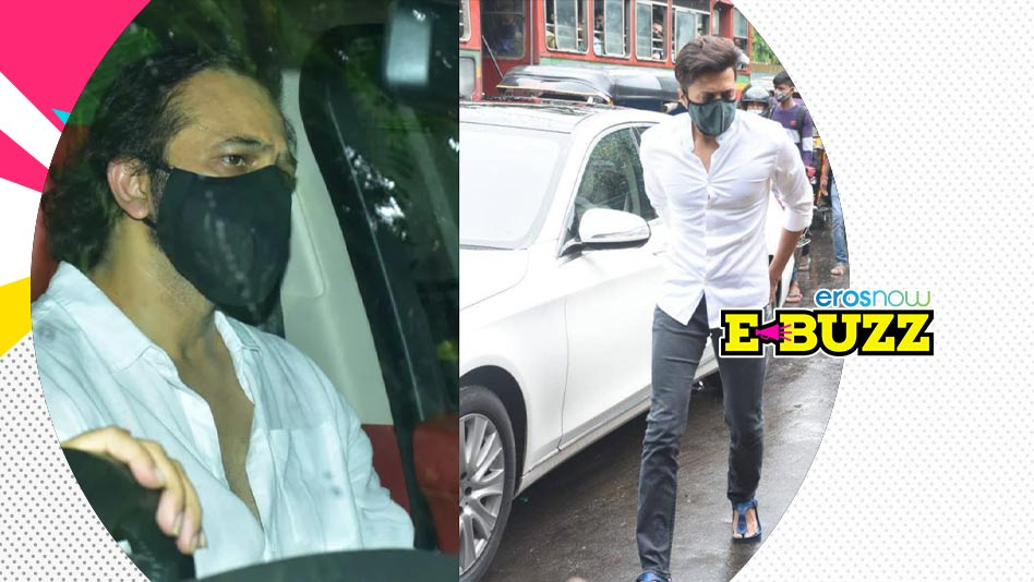 Watch E Buzz - Celebs Visit Akki s Home After His Mom s Demise on Eros Now