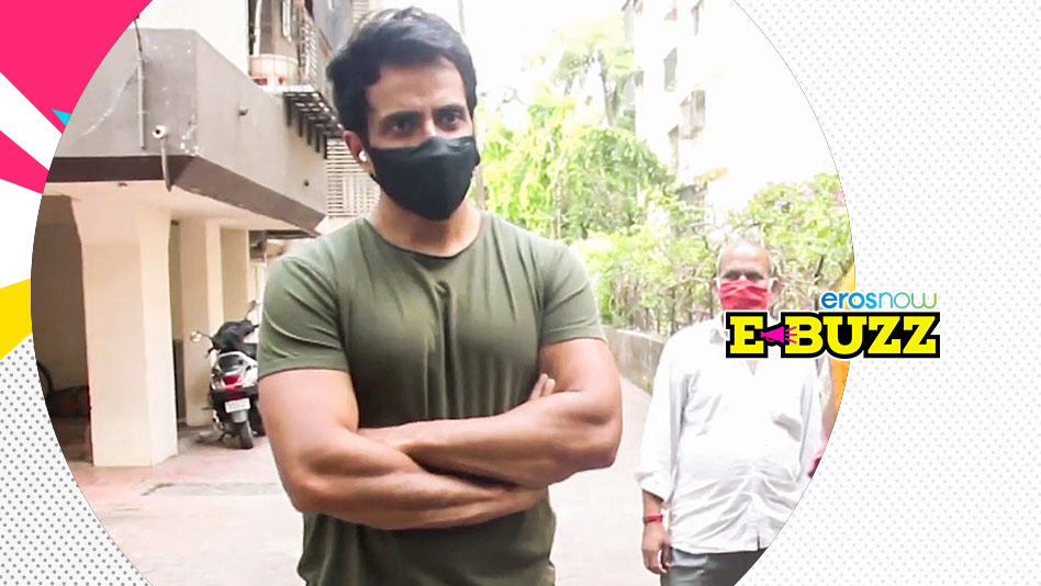 Watch E Buzz - Sonu Sood Greets a Fan Outside his Home on Eros Now